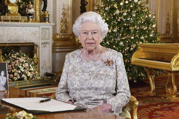 Nữ hoàng Anh Elizabeth II được dạy học tại cung điện thế nào?