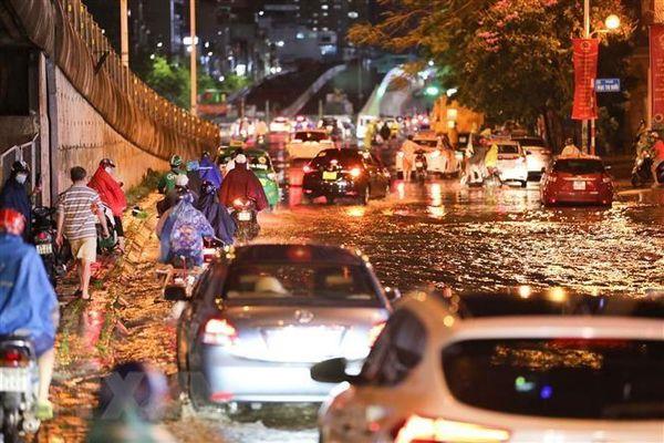 Hà Nội: Ngập nặng và cây đổ ở nhiều tuyến phố sau cơn mưa lớn