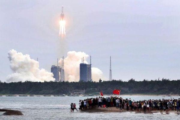 Báo Trung Quốc nói Mỹ 'ghen tị' với sự tiến bộ về công nghệ vũ trụ sau vụ rơi tên lửa