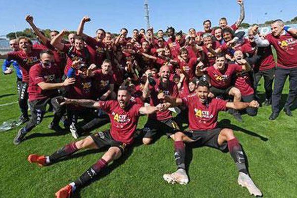 Đội bóng 102 năm tuổi Salernitana trở lại Serie A