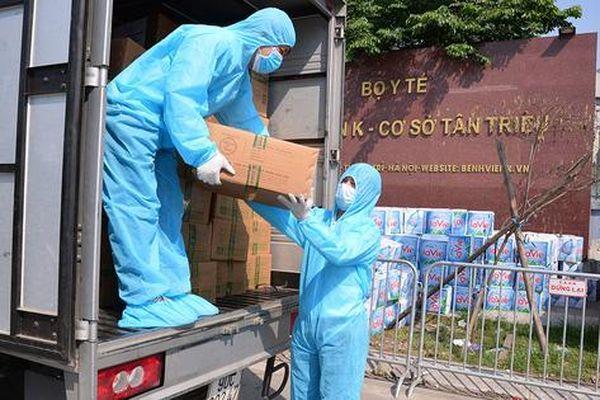 Những chuyến hàng tình nghĩa ùn ùn đến với Bệnh viện K - Tân Triều