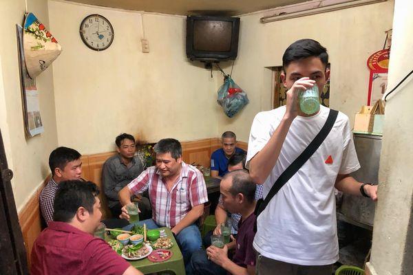 Khách đứng uống vội cốc bia trước khi quán đóng cửa ở Hà Nội