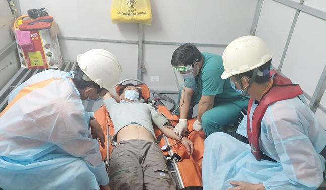 Cấp cứu thuyền trưởng bị đau ruột thừa trên biển Hoàng Sa