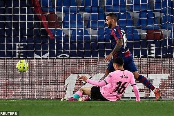 Hòa trước Levante, Barcelona hụt hơi trong cuộc đua vô địch