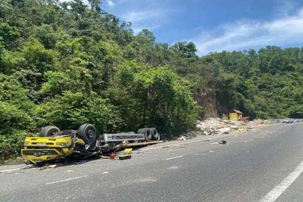 Xe tải mất lái lật ngửa tại đèo Cù Mông, 2 người tử vong
