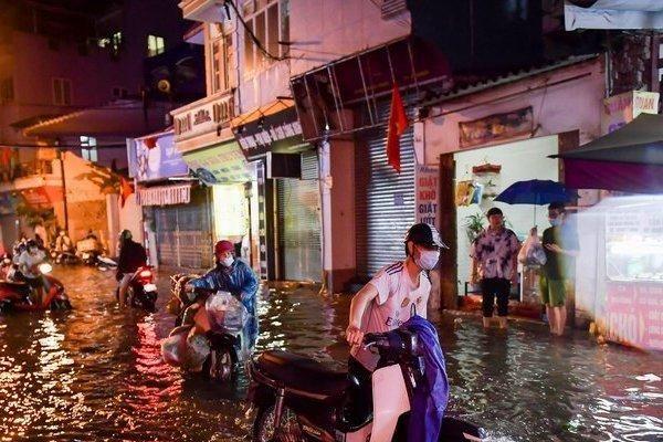 Hà Nội: Mưa lớn kéo dài, ngập nhiều tuyến phố