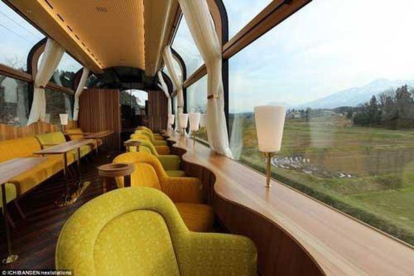 Ngắm cảnh trên chuyến tàu 'trong suốt' đầu tiên ở Nhật Bản