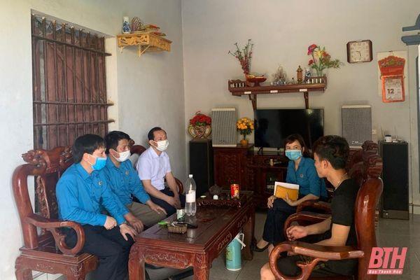 Lãnh đạo LĐLĐ tỉnh thăm, tặng quà cho gia đình người lao động tử vong do tai nạn lao động