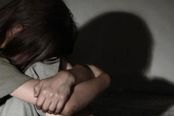 Vụ lạm dụng 2 con gái gây phẫn nộ của ông bố đơn thân bị giáo viên vạch trần: Xin trinh tiết của con, dùng tiền làm công cụ trói buộc