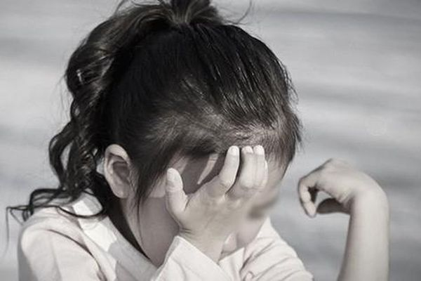 Được nhận nuôi chưa đầy 1 năm, bé gái bị bạo hành đến tổn thương 2/3 não, vạch trần bộ mặt thật của cặp vợ chồng đội lốt người tốt làm từ thiện