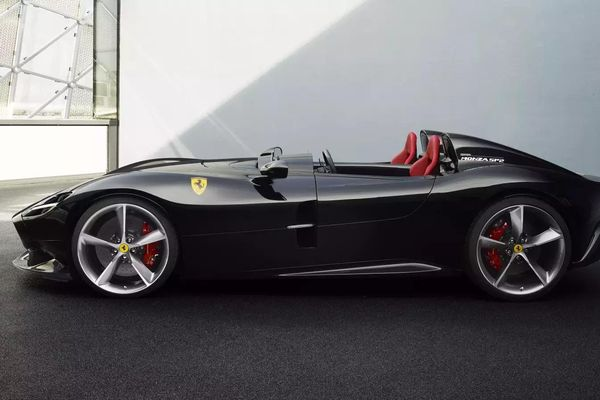 Cristiano Ronaldo mua siêu xe Ferrari Monza giá 1,9 triệu USD