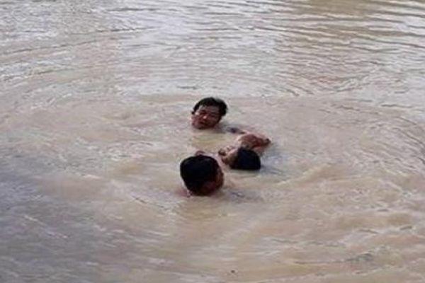 Hai cháu bé tử vong dưới ao cá sau nhà do bà nội bận phơi lúa
