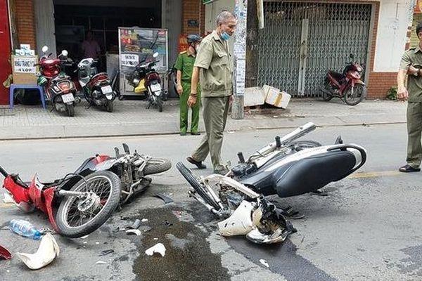 Tin giao thông đến sáng 13/5: Xe máy gãy gập sau tai nạn, hai tài xế nguy kịch; Ô tô tải tông xe container, một phụ nữ tử vong