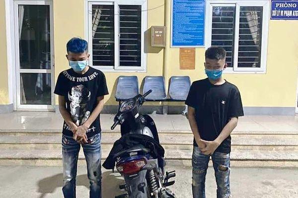 2 thiếu niên đầu trần phóng xe lạng lách, đánh võng giữa thành Vinh