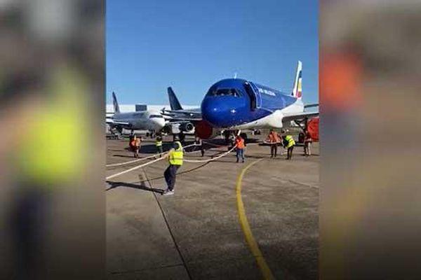 Clip: Cặp vợ chồng cùng kéo chiếc máy bay nặng 48 tấn