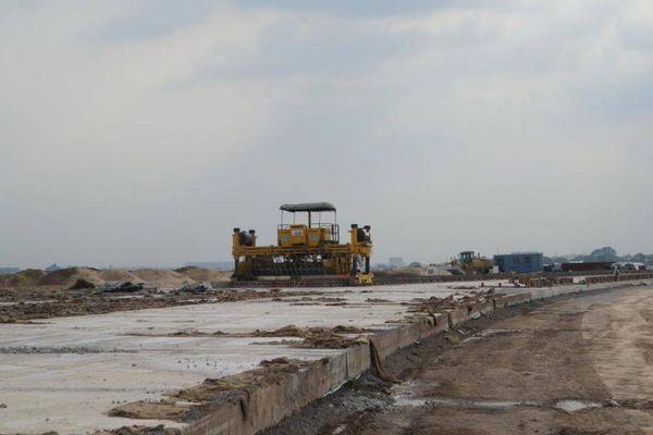 Hơn 600 kỹ sư, công nhân đội nắng thi công đường lăn Tân Sơn Nhất