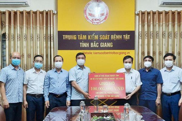Phó Chủ tịch Thường trực UBND tỉnh Bắc Giang Mai Sơn động viên lực lượng tuyến đầu chống dịch