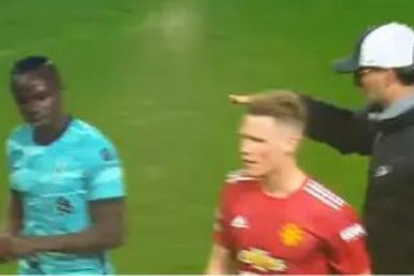 Sao Liverpool giận dỗi, từ chối bắt tay thầy Klopp sau chiến thắng trước MU