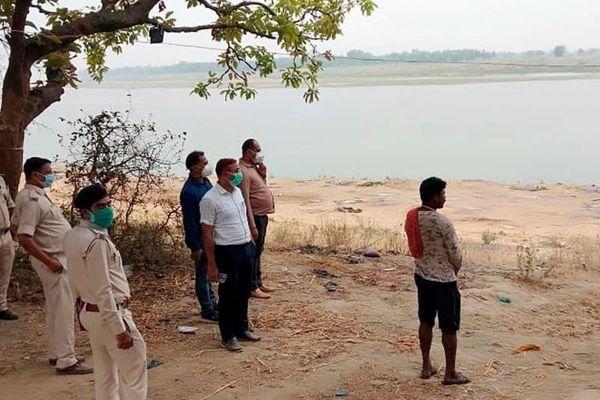 Ấn Độ phát hiện nhiều thi thể bị chôn dưới cát bờ sông Hằng