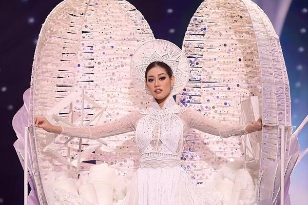 Trang phục dân tộc của Khánh Vân được Catriona Gray khen ấn tượng