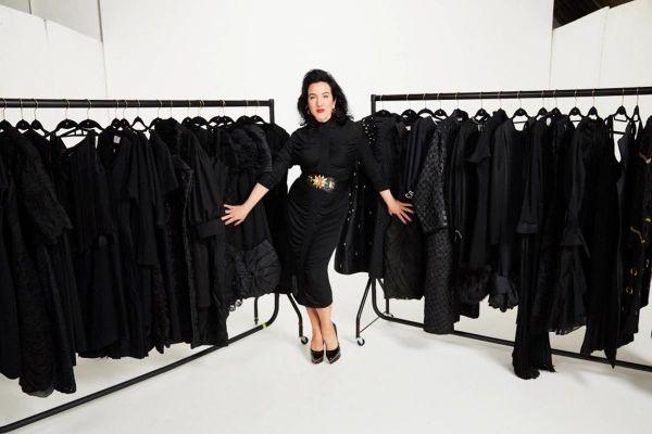 Người phụ nữ Mỹ chi 105.000 USD mua 3.000 chiếc váy đen