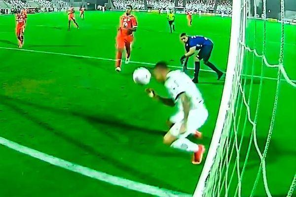 Cúi người đánh đầu sau khi vượt qua thủ môn