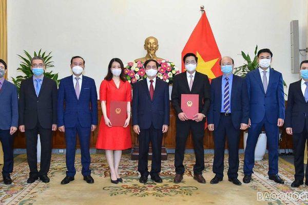 Bộ trưởng Ngoại giao Bùi Thanh Sơn trao quyết định điều động Vụ trưởng và bổ nhiệm Tổng Lãnh sự
