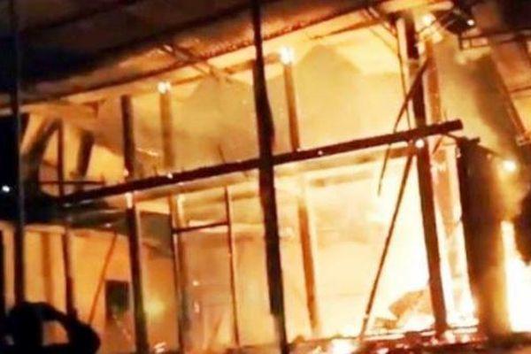 Cháy rụi nhà sàn lúc rạng sáng