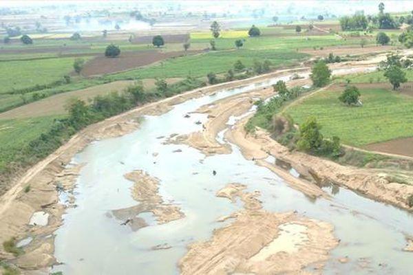 Công khai chặn sông lấy cát ở Gia Lai
