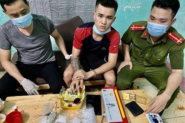 Bị công an vây bắt, kẻ buôn ma túy thả chó dữ tấn công