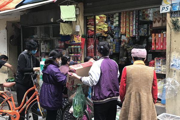 Yêu cầu đo thân nhiệt khách hàng trước khi vào chợ để phòng COVID-19