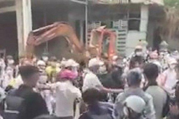 Xôn xao clip nhóm học sinh THPT đánh nhau khi tan trường
