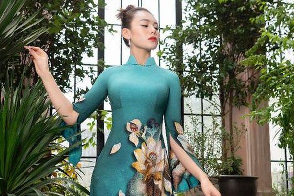 Đỗ Trịnh Hoài Nam mang hoa sen đầu hạ lên tà áo dài