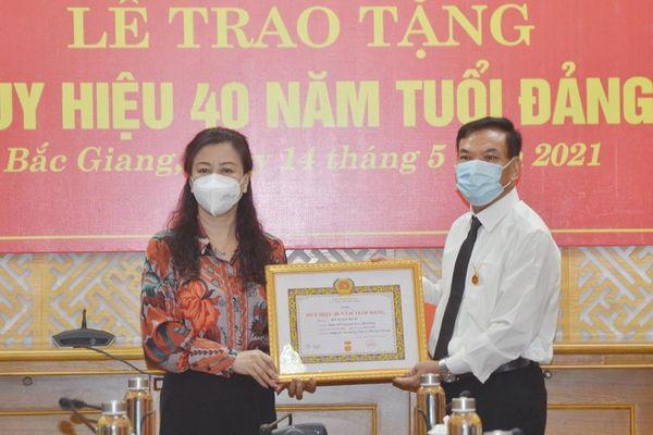 Bắc Giang: Trao Huy hiệu 40 năm tuổi Đảng cho nguyên Chánh Văn phòng Tỉnh ủy