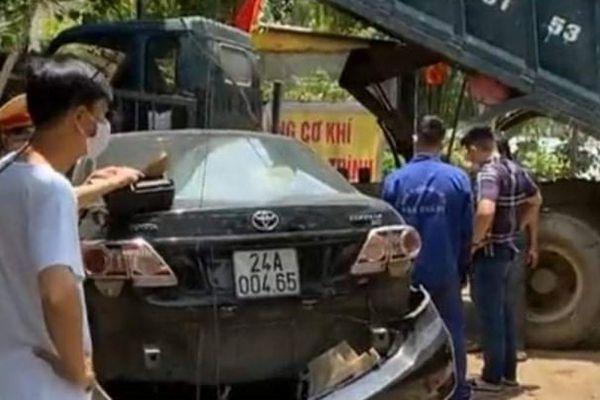 Xe ô tô mất lái lao qua đường gây tai nạn liên hoàn