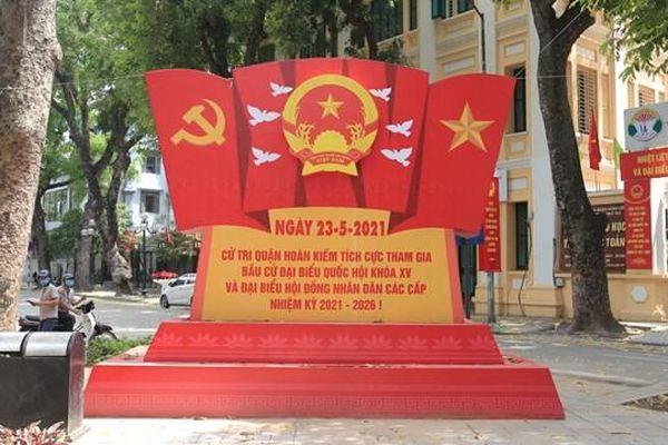 Đường phố Hà Nội rực rỡ cờ hoa hướng về ngày hội của toàn dân