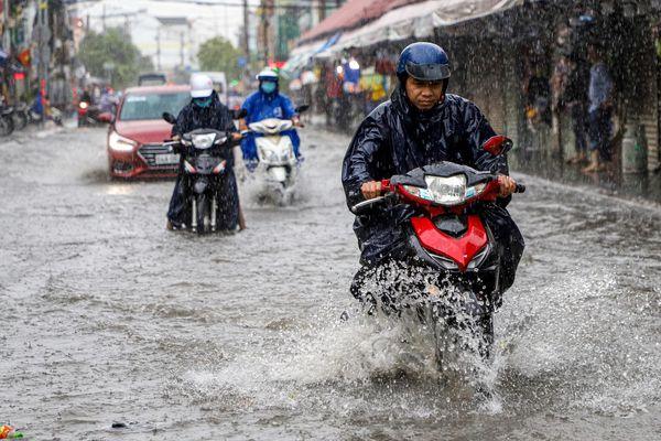 TP.HCM đón trận mưa lớn đầu mùa
