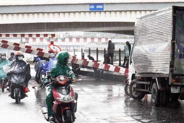 Tài xế xe tải kể lúc tông sập thanh giới hạn chiều cao ở TP.HCM