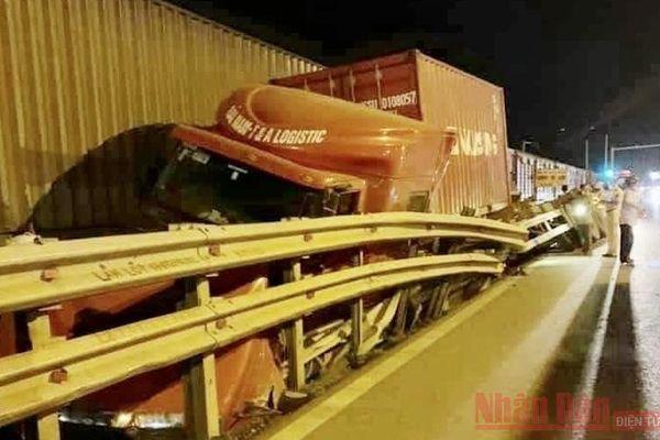 Xe container bị tàu hàng tông trúng