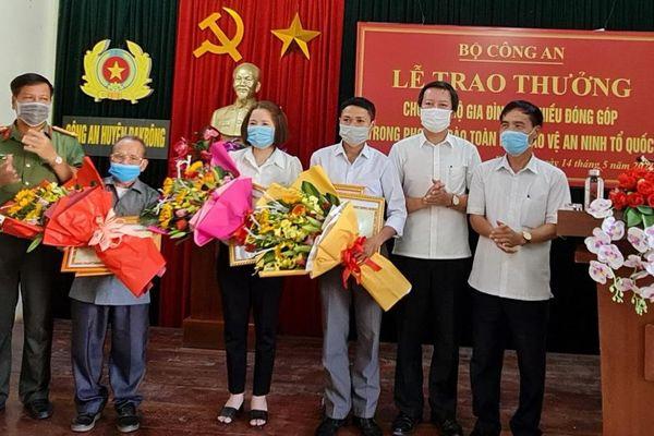 Trao Bằng khen Bộ Công an cho 3 hộ dân hiến 'đất vàng' xây trụ sở Công an xã