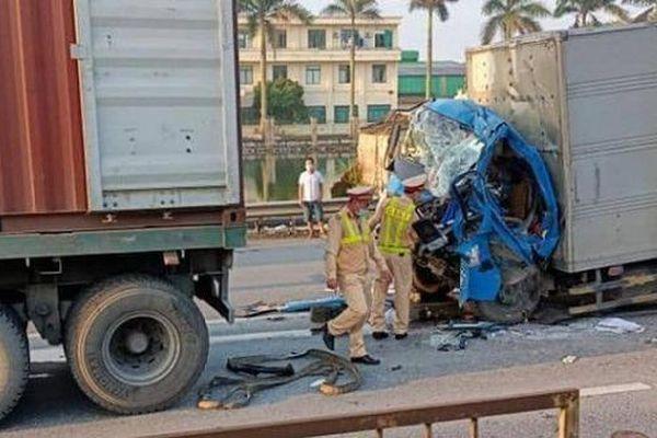 Tin giao thông đến sáng 15/5: Giải cứu tài xế xe tải mắc kẹt trong cabin; xe máy đối đầu, 2 người tử vong