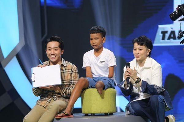 Trấn Thành, Hari Won nể phục 'cậu bé 1 chân' có tài sút bóng