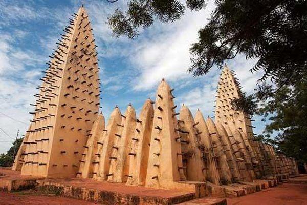 Độc đáo nhà thờ Hồi giáo làm từ bùn và cây cọ ở châu Phi