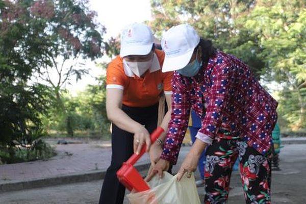 Nhiều hội viên phụ nữ huyện Cần Giờ được nhận quà trong ngày hội 'Vì môi trường xanh'