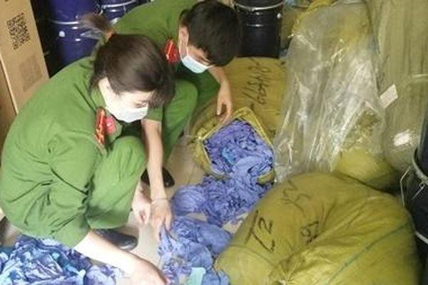 Kho hàng chứa 3 tấn găng tay y tế nhập lậu bị phát hiện