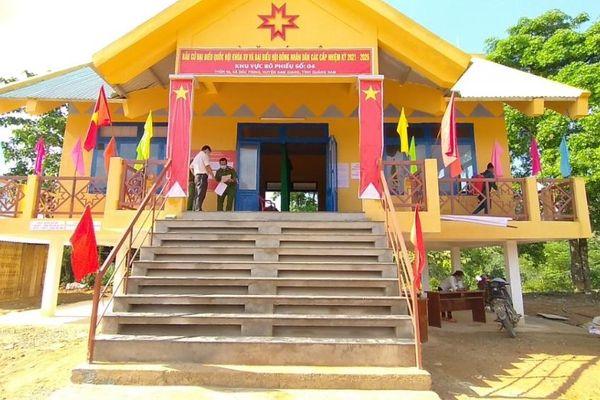 Quảng Nam phun thuốc khử khuẩn tại các điểm bầu cử sớm ở huyện Nam Giang