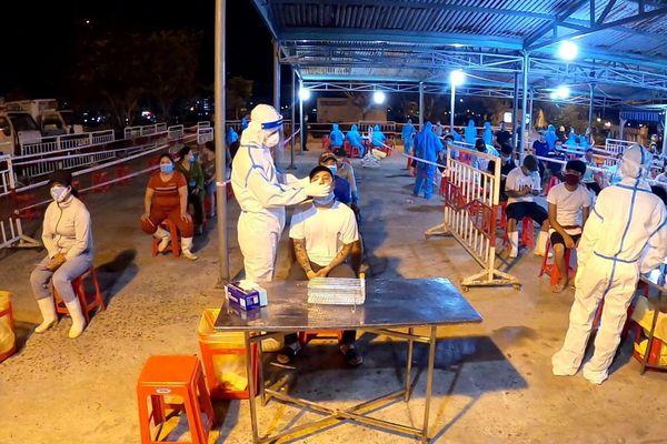 Xuyên đêm lấy mẫu xét nghiệm COVID-19 cho hơn 2.500 người làm ở cảng cá