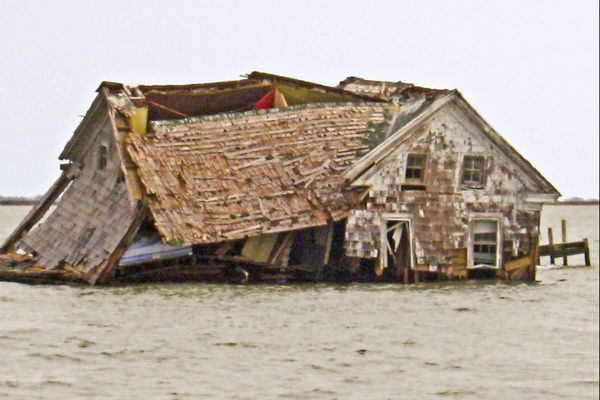 5 khu dân cư bị bỏ hoang giữa biển vì xói mòn, dịch bệnh