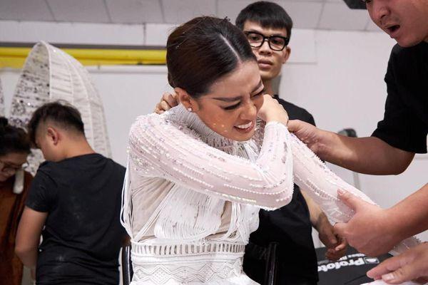 Ảnh Khánh Vân bật khóc khi thử trang phục cho Hoa hậu Hoàn vũ