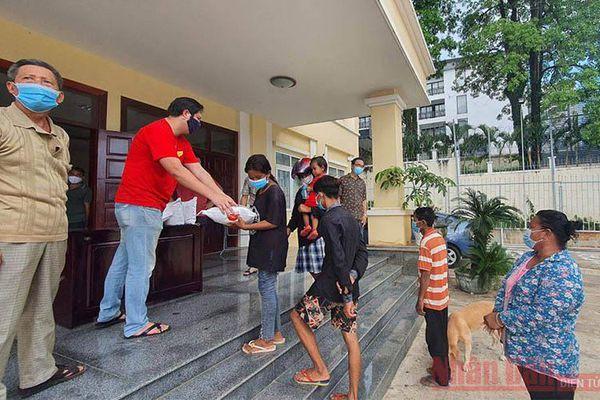 Tổng Lãnh sự quán Việt Nam tặng hơn 430 phần quà cứu trợ tại tỉnh Preah Sihanouk
